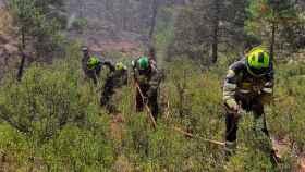 Varios efectivos trabajando en el incendio de Villaverde de Guadalimar (Albacete), que ya ha quedado controlado