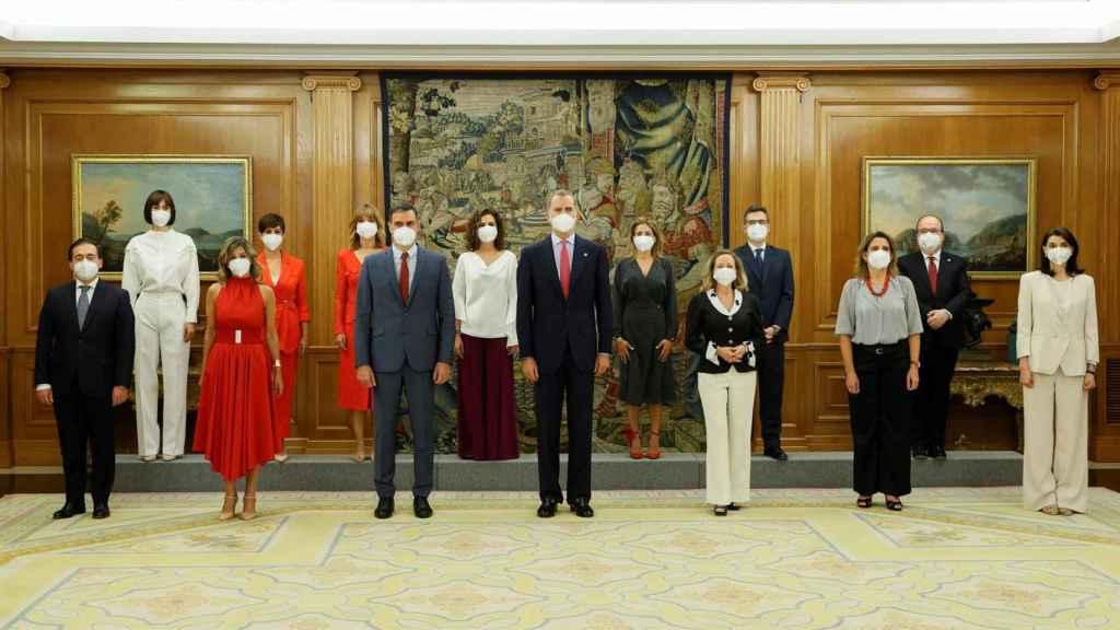 Los nuevos ministros tras prometer sus cargos.