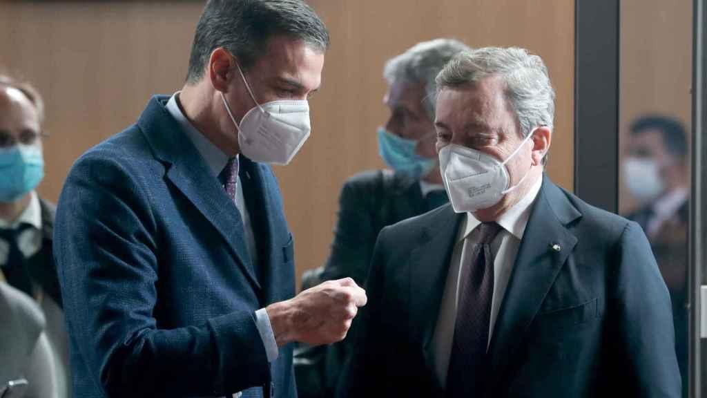 Pedro Sánchez conversa con Mario Draghi durante una cumbre de la UE