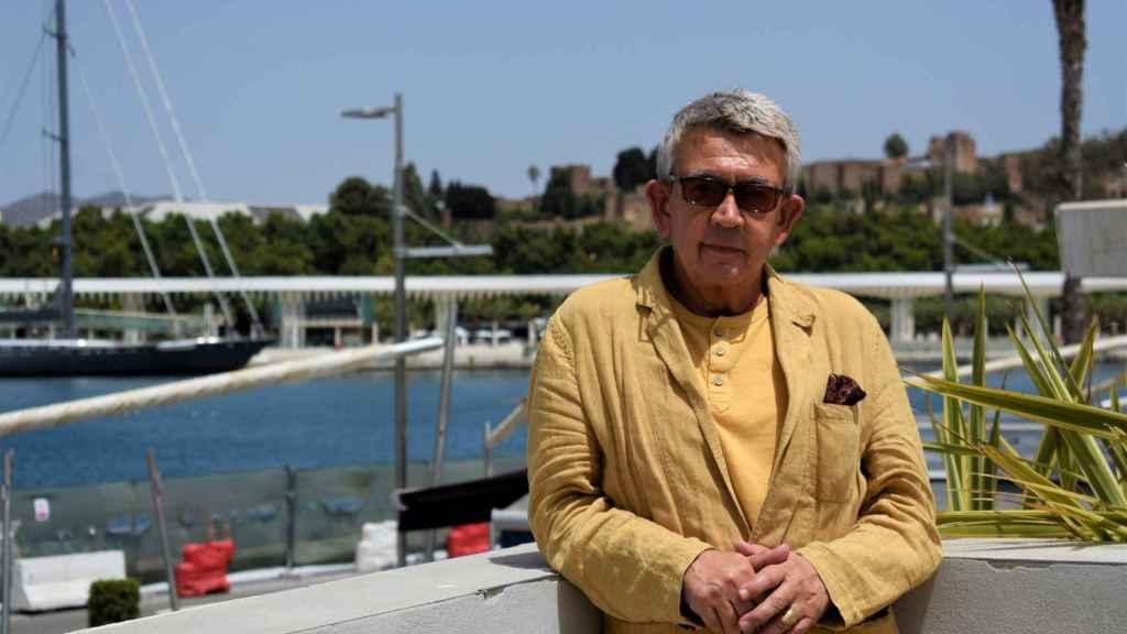 El periodista y escritor Guillermo Busutil, en el Puerto de Málaga.