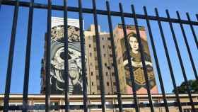 Los murales de D*Face y Obey coronan la fachada contigua al Colegio Federico García Lorca.