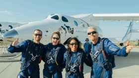 Richard Branson, junto a su tripulación, delante de la VSS Unity