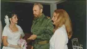 Idalmis Menéndez, en su boda, con sus suegros Fidel Castro y Dalia Soto