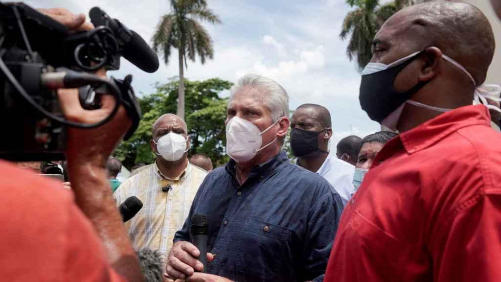 El presidente de Cuba, Miguel Díaz-Canel, habla atiende a los medios durante las protestas del domingo en San Antonio de los Baños.