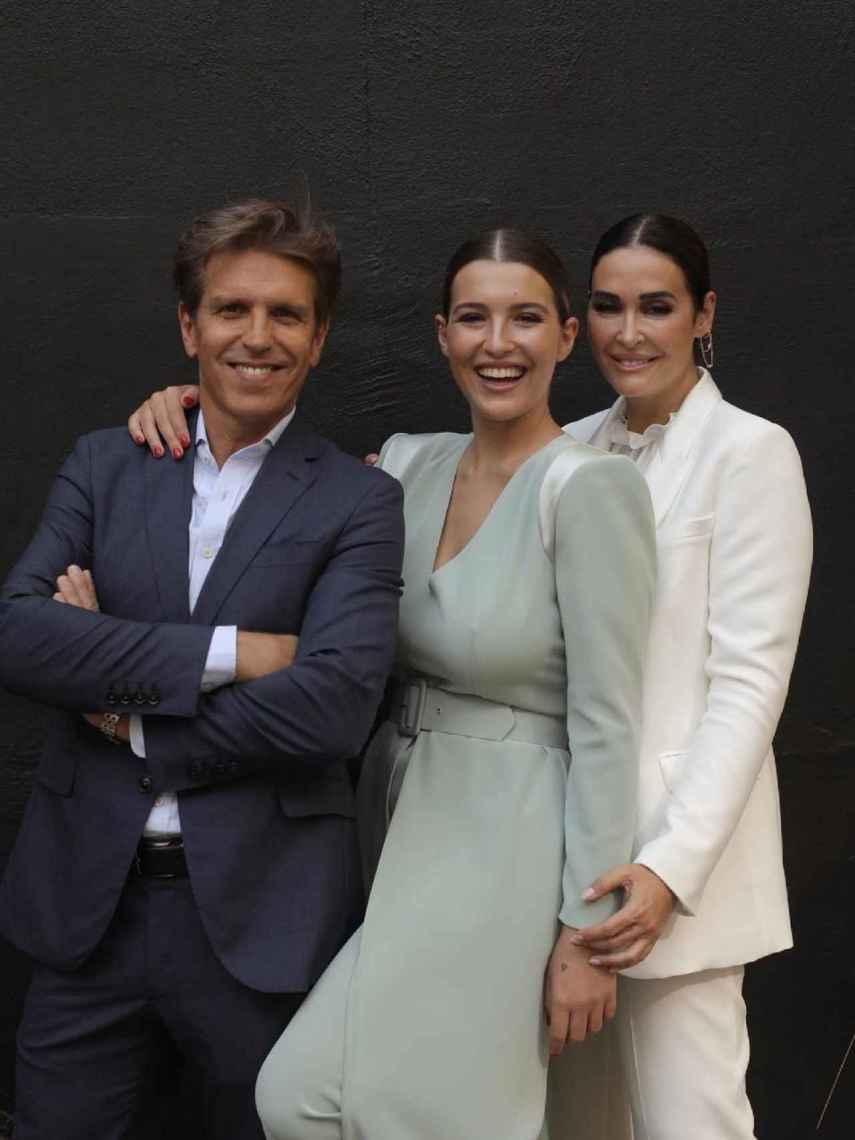 Manuel Díaz y Vicky Martín Berrocal junto a su hija Alba, en su graduación universitaria.