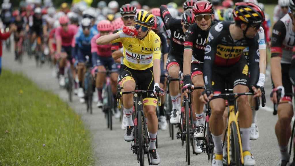 Tadej Pogacar bebe agua en el Tour de Francia 2021