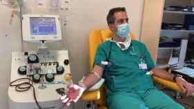 Un médico y expaciente de Covid dona plasma para su uso como tratamiento.