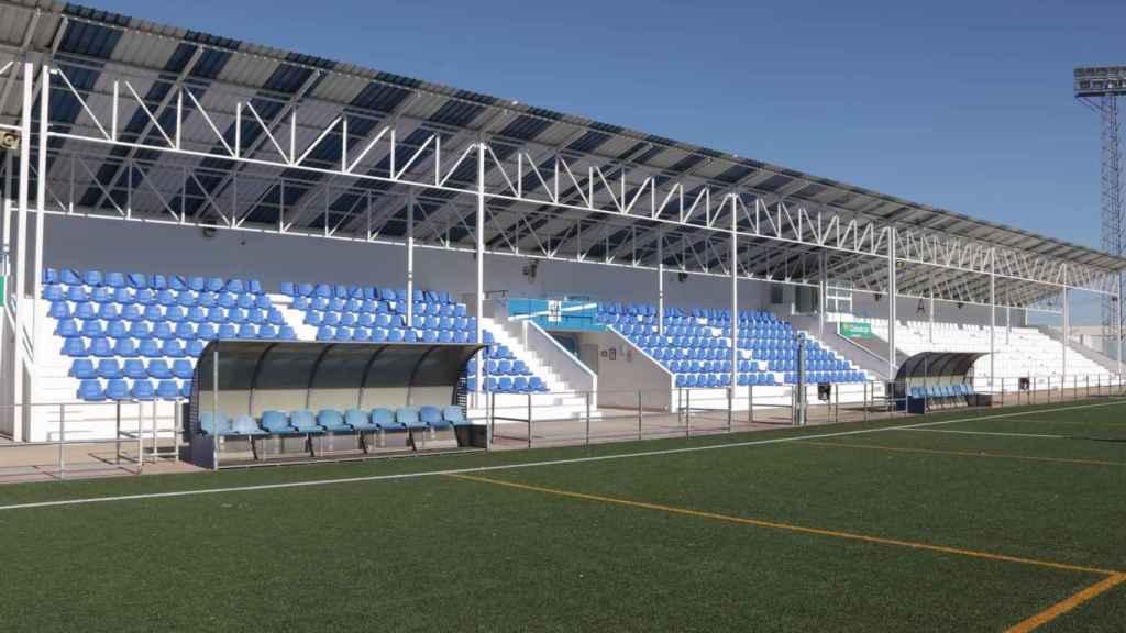 El campo de fútbol 'José Camacho' de Manzanares ya luce sus nuevos asientos