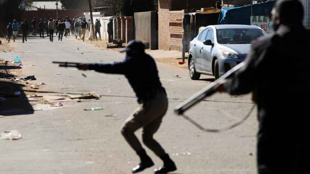 Dos hombres armados en las calles de Johanesburgo.