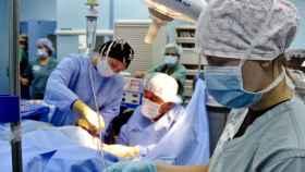 Una residente durante una operación quirúrgica.