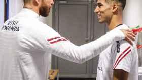 Sergio Ramos y Achraf se saludan en su primer día en el PSG