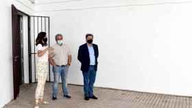 El alcalde de Daimiel, Leopoldo Sierra (d), ha visitado el patio de la Casa de la Cultura