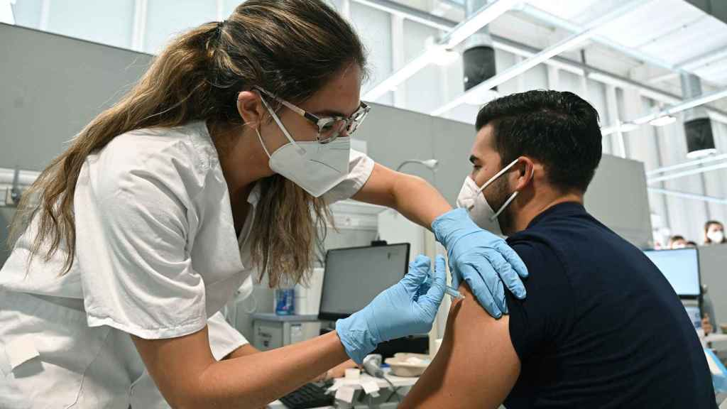 Un chico recibe una dosis de la vacina contra el coronavirus, este martes en el hospital Enfermera Isabel Zendal de Madrid.