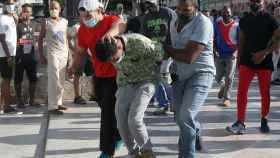 Policías de paisano detienen a una persona durante las manifestaciones del domingo en Cuba.