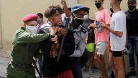 La Policía detiene a una persona en La Habana durante las protestas de este domingo en Cuba.