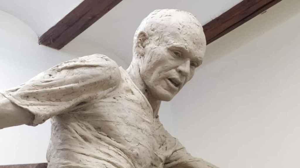 Elaboración de la escultura de Iniesta por el artista valenciano Javier Molina Gil