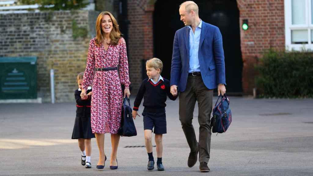 Los duques de Cambridge acompañando a sus hijos mayores, en la entrada del colegio.