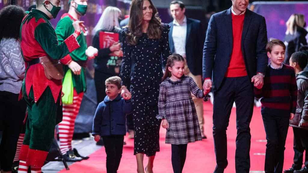 Los duques de Cambridge, junto a sus hijos, acuden al teatro Palladium, el pasado diciembre.