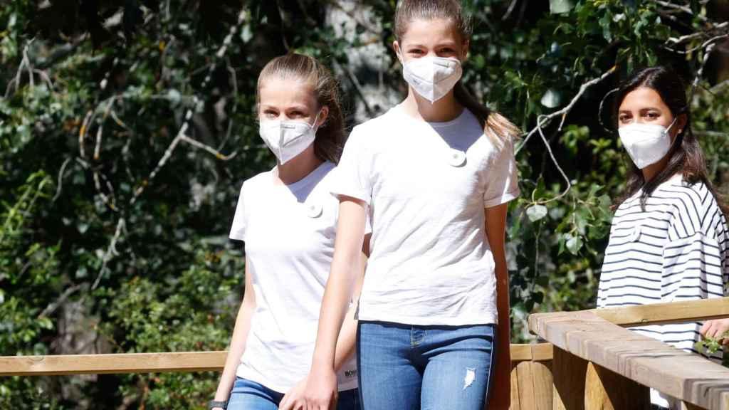 Leonor y Sofía caminando por el Hayedo de Montejo, en Madrid, este miércoles.