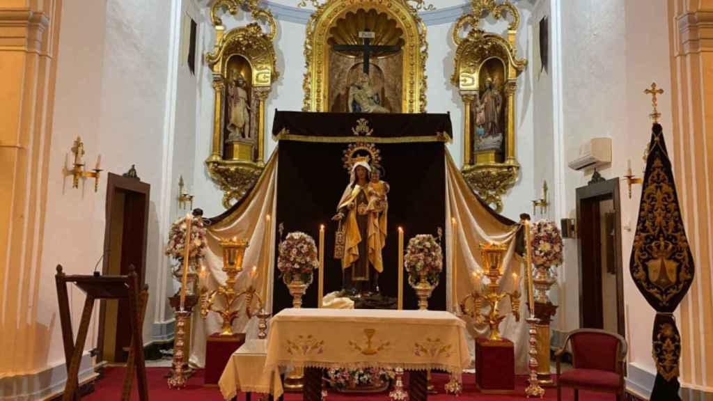 La Virgen del Carmen de El Palo presidiendo el altar mayor, preparada para su festividad.