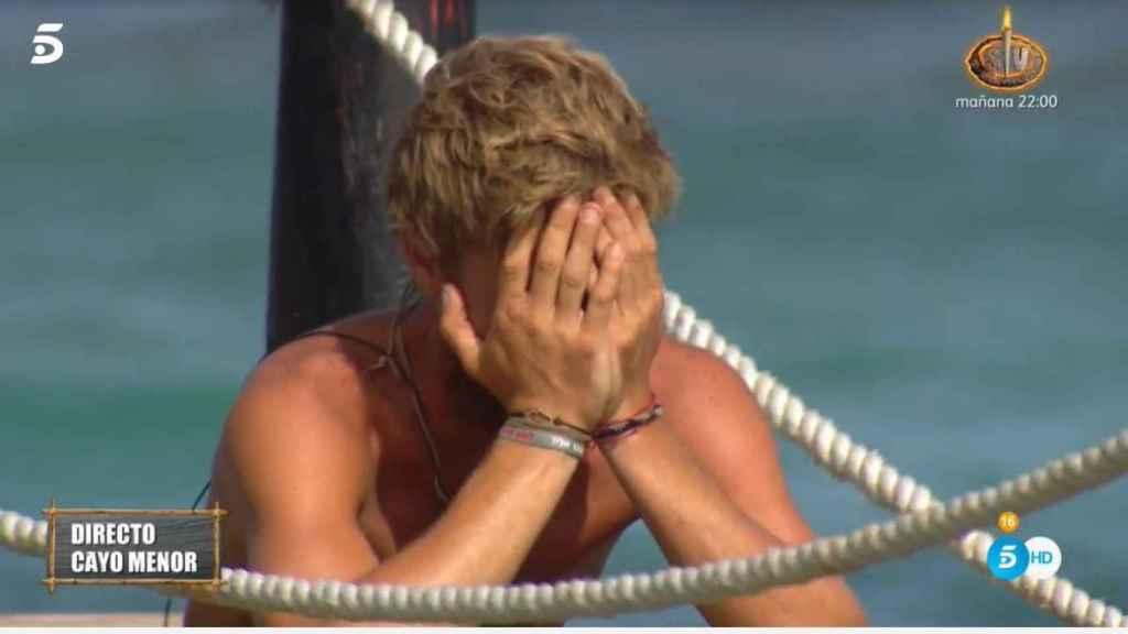 Tom Brusse derrumbado en el puente de las emociones.