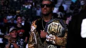 Charles Oliveira, con su cinturón de campeón de la UFC