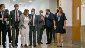 García-Page y García Elez, en el centro de la imagen, charlan animadamente (Foto: JCCM)