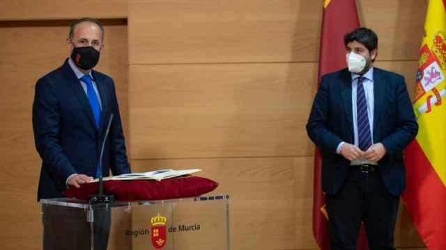 El consejero de Hacienda, Javier Celdrán, tomando posesión de su cargo bajo la  mirada del presidente de Murcia, Fernando López Miras.