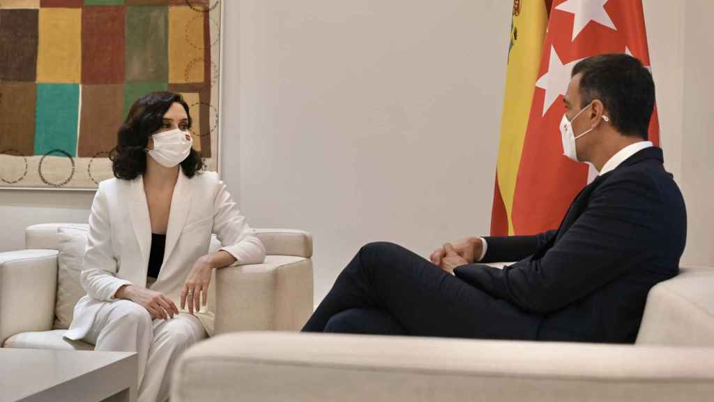 La presidenta madrileña, Isabel Díaz Ayuso, y el presidente del Gobierno, Pedro Sánchez, reunidos en Moncloa.