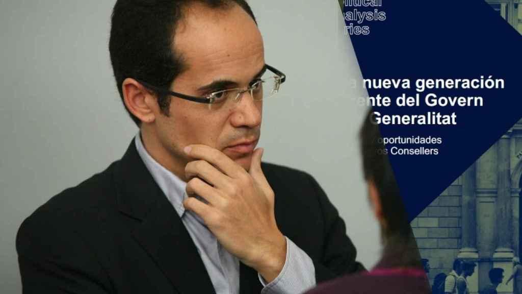 Francesc Vallès, nuevo secretario de estado de Comunicación, junto a su informe sobre el nuevo 'Govern'.