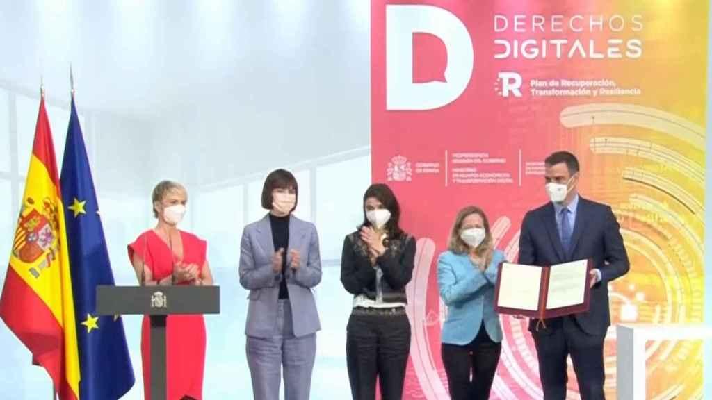 El presidente del Gobierno, Pedro Sánchez, tras ratificar la Carta de Derechos Digitales, junto a las ministras de Economía, Ciencia y Justicia y Carme Artigas, secretaria de Estado de Digitalización e IA.