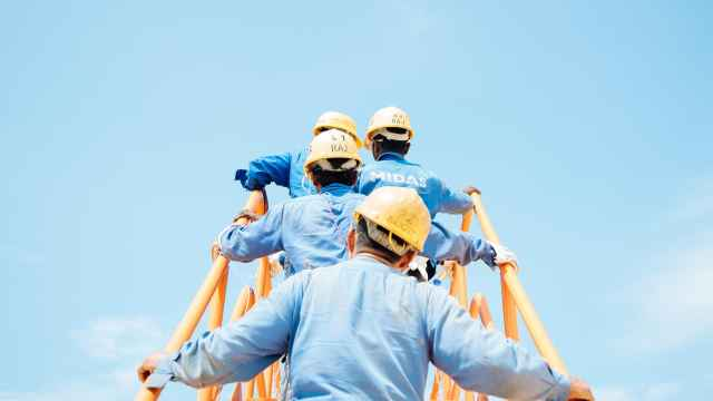 Un grupo de trabajadores y supervisores con casco.