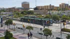 Uno de los trenes del Metro de Málaga, en el trazado en superficie de la Universidad.
