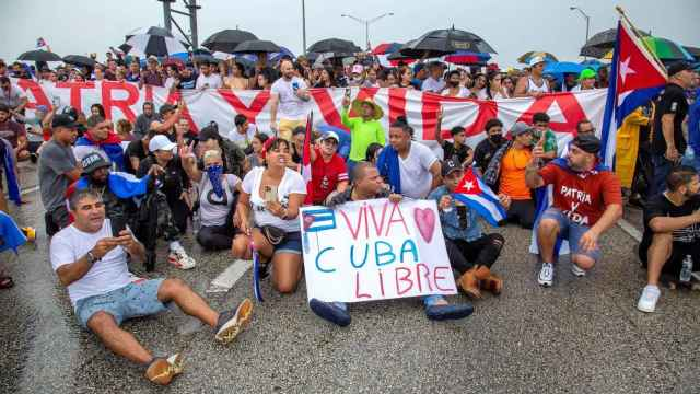 Cubanos residentes en Florida bloquean la autopista Palmetto en Miami.