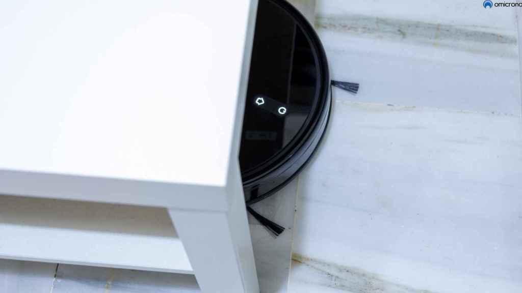 Robot bajo de una mesa.
