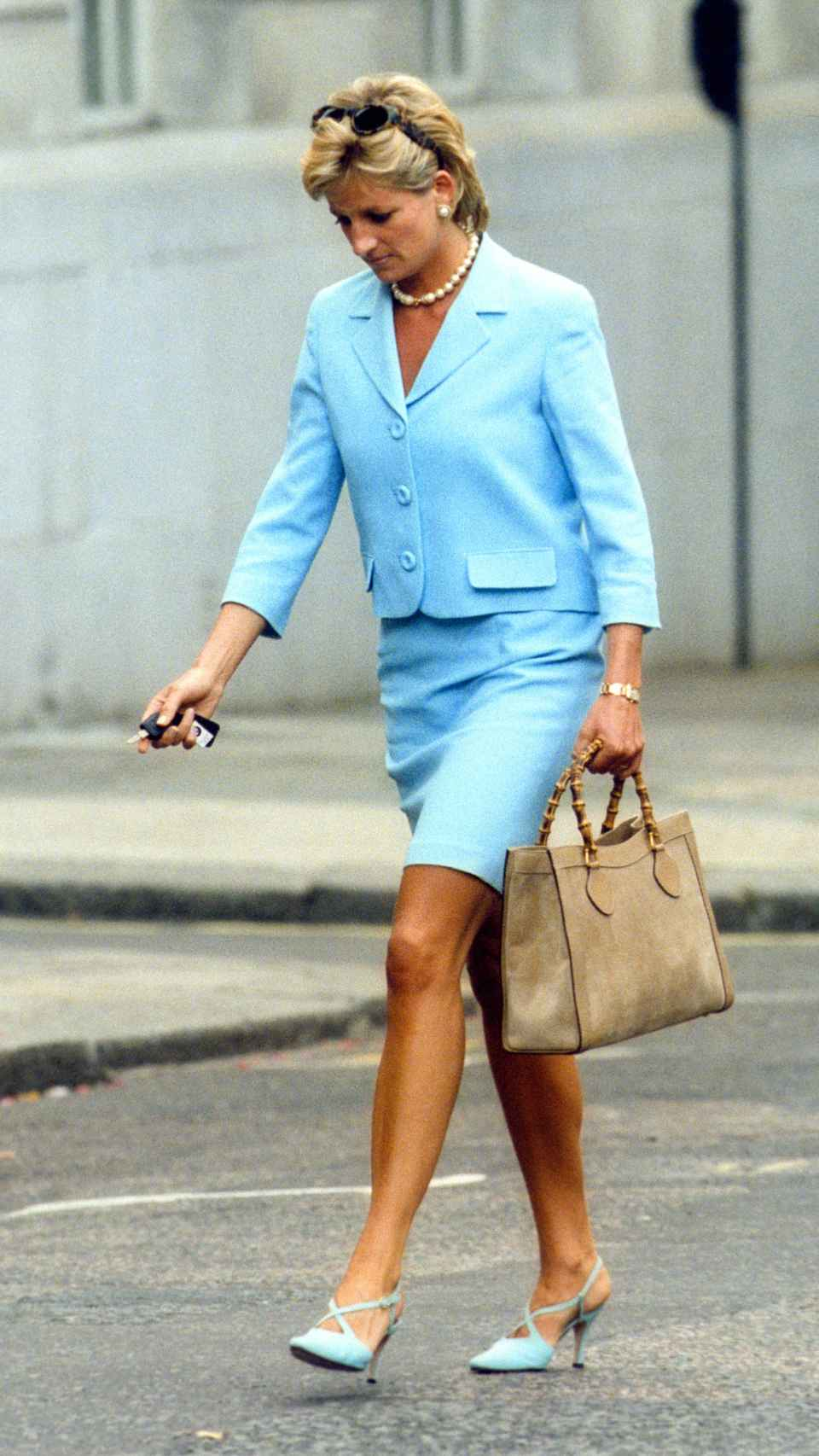 Diana de Gales luciendo su inseparable bolso de Gucci, en 1996.