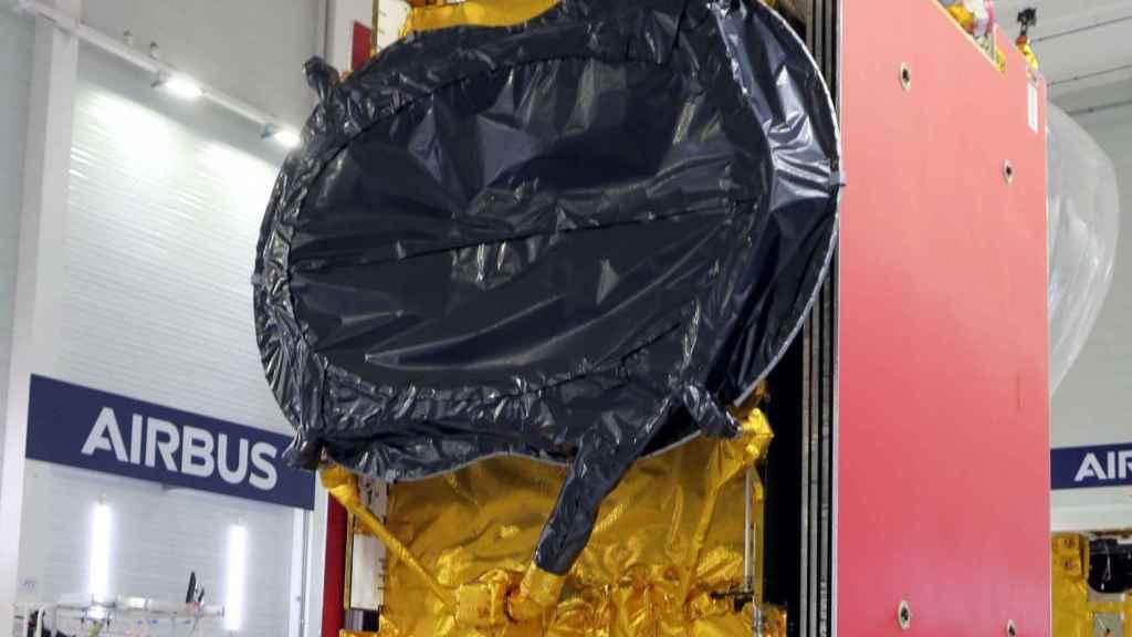 El satélite reprogramable Quantum en la 'cleanroom' de Airbus, su fabricante.