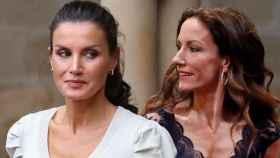 La reina Letizia junto a su hermana Telma Ortiz en montaje de JALEOS.