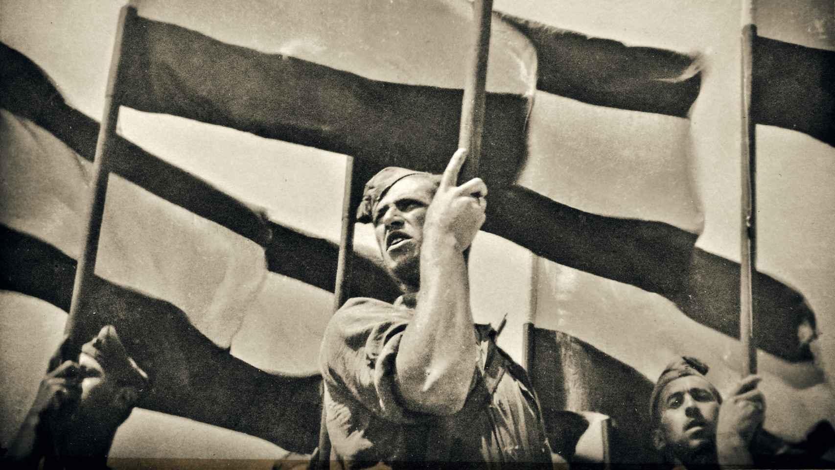 Un soldado sostiene una bandera durante uno de los desfiles franquistas para celebrar el triunfo en la Guerra Civil
