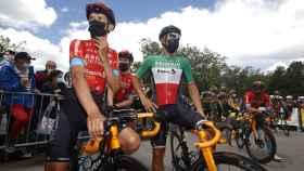 Dylan Teuns y Sonny Collbrelli antes de una etapa del Tour de Francia 2021