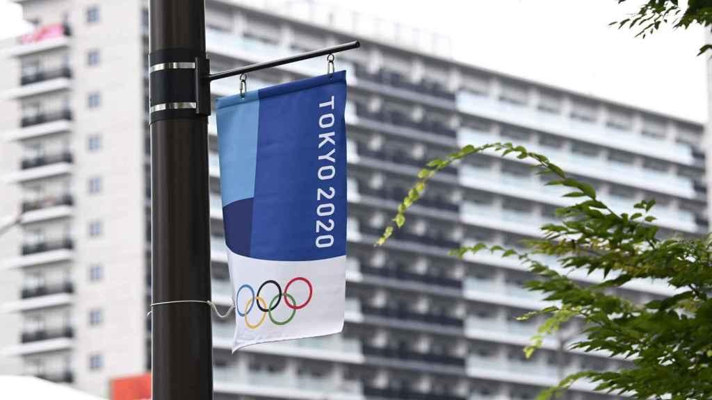 Cartel de los Juegos Olímpicos 2020 en las calles de Tokio