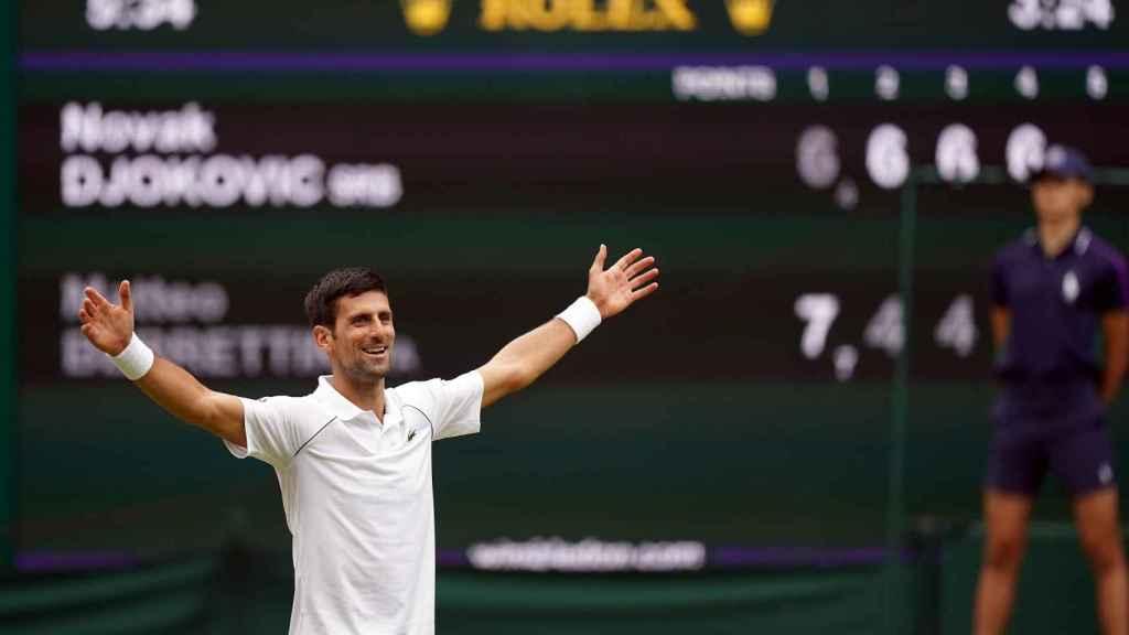 Novak Djokovic celebra su triunfo en Wimbledon