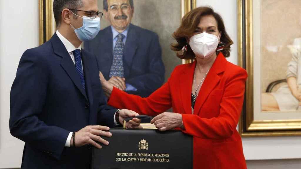 Carmen Calvo, exvicepresidenta primera del Gobierno, entrega su cartera al ministro de la Presidencia, Félix Bolaños.