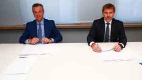 César González-Bueno (Banco Sabadell) y Lluís Alsina (MoraBanc) en la firma del acuerdo de compra.