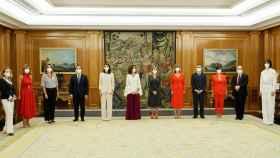 Los nuevos ministros de Pedro Sánchez, durante el juramento de sus cargos frente al rey.