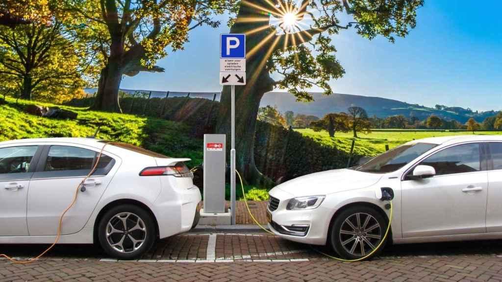 Dos coches eléctricos en un punto de recarga.