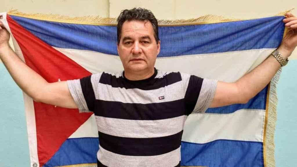 Ángel Santiesteban sostiene la bandera de Cuba