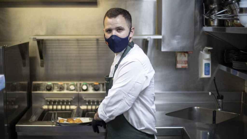 El chef Miguel Carretero, en la cocina de Santerra, friendo las croquetas que se probarán en la cata.