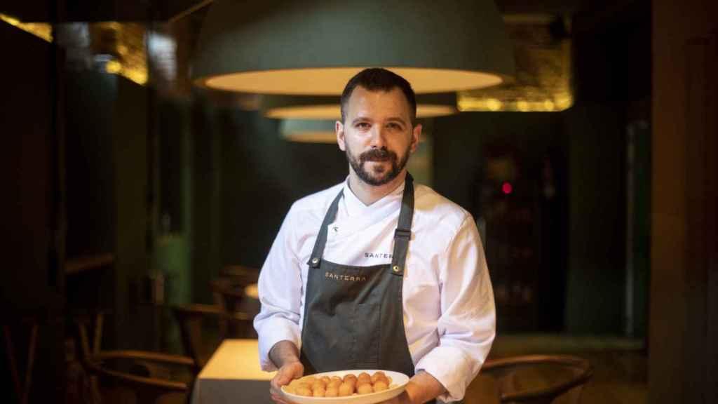 El chef Miguel Carretero, en el piso de abajo de Santerra, antes de comenzar la prueba.
