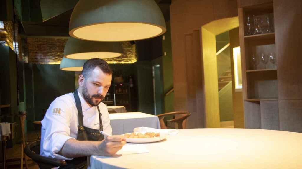 Miguel Carretero, chef ejecutivo de Santerra, anota todas la valoraciones de las croquetas testadas.
